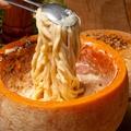 料理メニュー写真チーズボウル生削りまるごとチーズパスタ