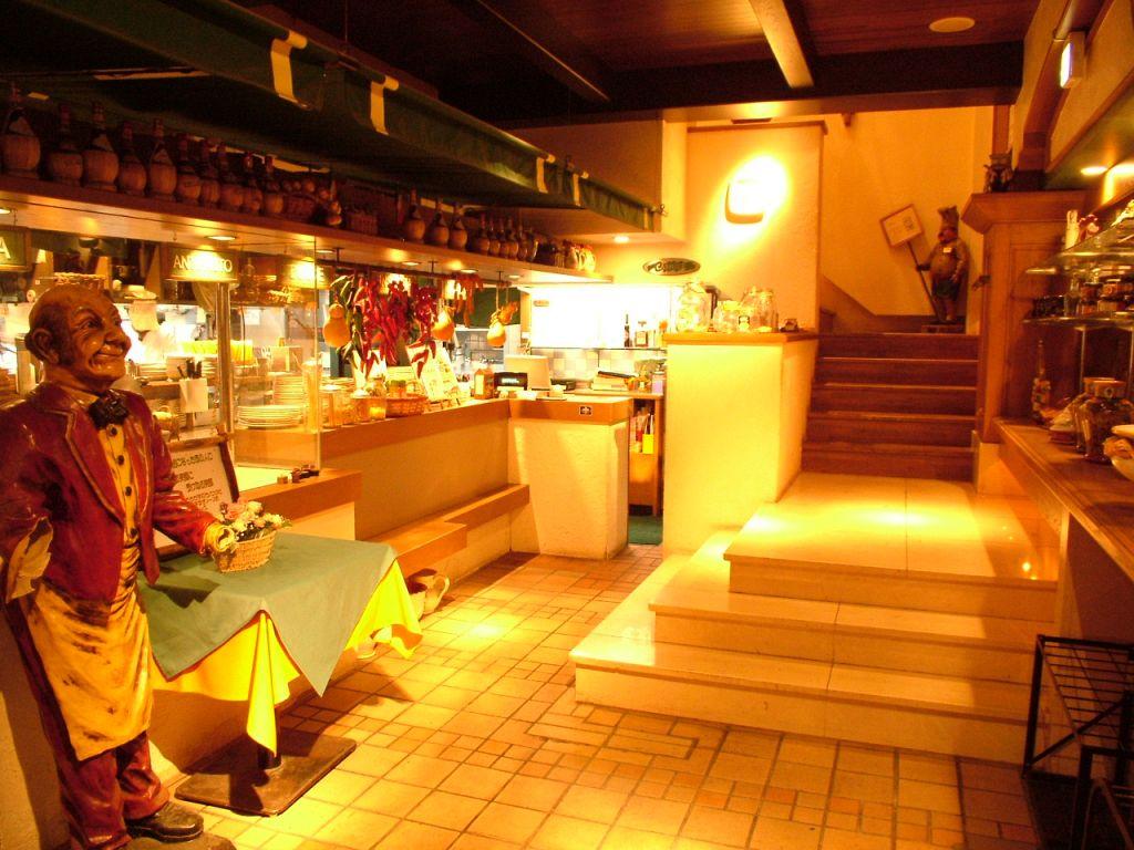 おとぎ話のお店のように、かわいい店内。1階では生パスタやピザを作っているところを見られます