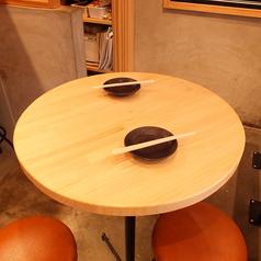 3名×2卓のテーブル席。