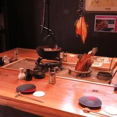 コの字型の掘りごたつのお席。4名、6名様には角席で囲炉裏を囲むのもオススメです。
