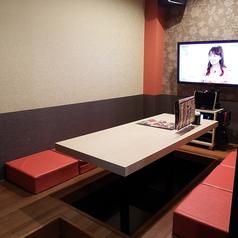 2F【Room 207】レストランルームです。食べて、飲んで、歌える、宴会向け!落ち着いた雰囲気の掘りごたつ式お座敷です。様々な用途にご利用いただけます。※6名様のお部屋です。