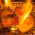 炭火を取り囲み、ワイワイ楽しむ焼肉スタイル!