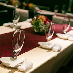 テーブル席【会場設備】パーティーのお食事はテーブル席でどうぞ!立食・着席はもちろん、人数やご要望に合わせたレイアウトでお席をご用意させていただきますので、ご予約の際に遠慮なくお申しつけください。テーブルクロスを敷き、華やかにテーブルセッティングをさせていただきます。