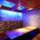 レンガにブルーの照明がはえるおしゃれ個室