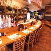 中に入ると広々としたカウンター席が。長崎駅そばなので交通アクセスも◎会社帰りのサク飲みにぴったり。