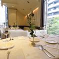 レストランフロアのテーブル席。最大40名様で着席可能。2mごとに席間隔を空けてご案内しております。