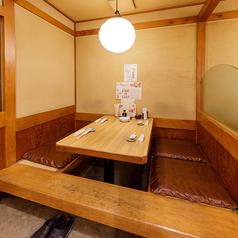 ≪席名称:座敷席≫最大4名様まで着席可能な「掘りごたつ席」小宴会に使える個室席。掘りごたつで落ち着いた雰囲気で食事ができます。少人数の飲み会にピッタリ!ご予約の際、「掘りごたつ席」とご指定下さい。2名様以上でのご利用可能となっております。