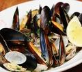 料理メニュー写真宮城県産 ムール貝の黒こしょう蒸し 広島県産レモン添え