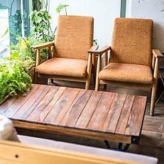 ◆銀杏並木通りが一望できる♪◆ゆったりソファー席。緑に囲まれたソファー席でゆったりとしたひとときを♪