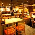 【活気あふれる店内】広い空間でのテーブル席!こちらでは最大84名様までご案内可能です!様々なシーンに合わせてご利用可能!