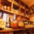 【柏で焼酎・地酒を楽しむ】柏で地酒焼酎楽しむなら、股旅ちょーだいなへ!!50種以上の焼酎や地酒、泡盛をご用意しております。壁にずらっと並んだボトルを見るのも楽しい空間♪