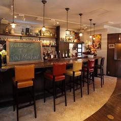 お1人様でもお気軽に♪レインボーカラーの椅子と共に、お酒を乾杯。様々なお酒の銘柄を見ることができます。気になるお酒をチェックしてください!
