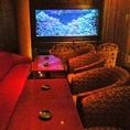 水槽に囲まれたソファー席◆気の合う仲間と優雅な時間を過ごして下さい。接待・同窓会・プライベート会など、シチュエーションは様々です。優雅に泳ぐ熱帯魚が都会の雑音を癒してくれます。ゆったりとした雰囲気の中当店自慢の料理、オリジナルカクテルなどご堪能くださいませ。スタッフ一押しの大人気ソファー席です。