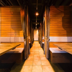 カーテンで目隠しされた半個室は3名様までの少人数でご利用いただけます。大切な人とプライベート空間をお過ごしください。