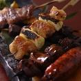 ★比内地鶏 炭火串焼き★日本三大地鶏の比内地鶏を、本職の焼き手が一本一本丁寧に焼き上げます。他とは一味違う串焼きをぜひご賞味ください。