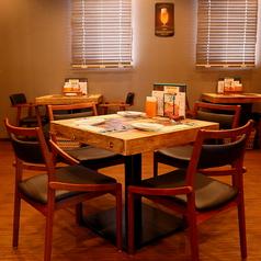 3人掛けのテーブル席