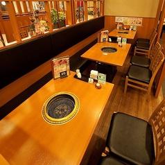 【半個室テーブル席 ~12名様】仕切りによって様々な人数のご宴会にもご利用いただけます。ご親戚の集まり、合コンや仕事仲間と会社帰りの気軽な飲み会などに。