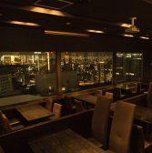 夜景の見えるテーブル席◆50名様~最大80名様まで貸切パーティーも承ります。結婚式の二次会や懇親会など大人数様でのご宴会をお考えでしたらぜひ!