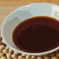 【こだわりの調味料】シャリとネタをつなぐ中核をなすのが「甘味」の醤油。お肉を一番美味しく召し上がっていただくため、ヤマサ醤油と「肉寿司醤油」を共同開発致しました。世界で初めて旨味の相乗効果を発見したヤマサ醤油×お肉に一番合う調味料を編み出す肉寿司。独自開発のやや甘めの返し醤油でシャリと馬肉が一体に。