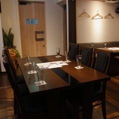 6名テーブル席は3卓ご用意!席を繋げて大人数にレイアウトを変えることもできます