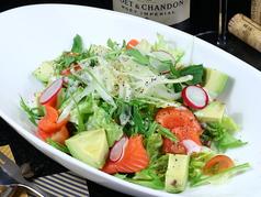 アボカドとサーモンのグリーンサラダ