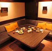 【半個室のソファ席】最大6名様までご案内可能なソファ席。個室ではございませんが、半個室風の奥まった造りのお席となっております。ゆったりと寛げるのが魅力。ご友人ご家族での会食や、飲み会やご宴会など、シーンを問わずにご利用いただけます。人気のお席のためご予約はお早めに!