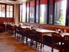 広々店内はひと席ずつのテーブルも大きく、大人数も対応可能。ご家族・お友達とご利用ください♪