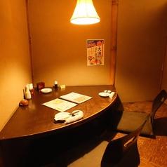 ゆったりくつろぐ2名様用個室。落ち着いた雰囲気のカップルシートです。