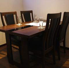 4名テーブル席は3卓ご用意!席を繋げて大人数にレイアウトを変えることもできます