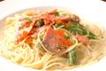 料理メニュー写真サーモンと季節の野菜のクリームスパゲッティ