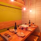 【女子会や合コンに♪】ゆっくりお食事をお楽しみいただけるテーブル席。孤立しているので、隣を気にせずにお過ごしいただけます♪