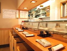 8名までのカウンター席。目の前で職人の技を見ながらのお食事はまさに大人の贅沢。貴方の『行きつけの鮨屋』がここに…。