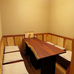 6名様用個室。接待やご宴会にもおすすめです。落ち着きのある空間でゆったりとお食事をお楽しみください。
