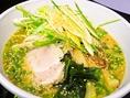 札幌から直送の西山製麺所の麺を使用。中太ちぢれ麺に合うようスープに。