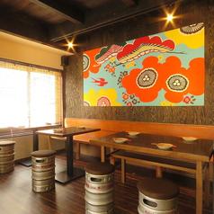 2名様~4名様でご利用いただけるテーブル席。オリオンビールの樽を椅子にしたインテリアなど、まるで沖縄旅行に来たような雰囲気をお楽しみいただけます。