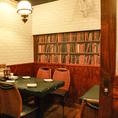 壁には本棚の壁画のある4名様×2席の最大8名様用の個室です。