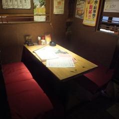 4名様収容可能な掘りごたつ式のテーブル席。