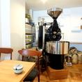 【フジローヤル直火式焙煎機】店内には本格焙煎機も!いつでも新鮮で本当に美味しいコーヒーをお楽しみいただけます。
