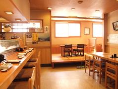 家族や仲間とゆっくり過ごせるテーブル席やカウンター席。お酒とお料理が楽しめます。