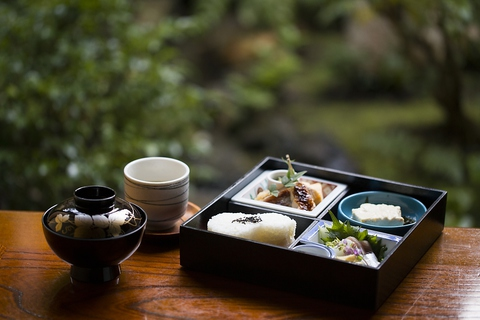 衣笠山の麓にひっそりと佇み、旬の味覚を愉しむ「京料理」に舌鼓を打つひととき…