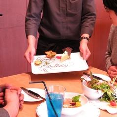 広々空間でゆったりすごせるテーブル席は様々なシーンに最適!農園直送の野菜を豊富なお酒と共に楽しめるので誕生日や記念日などのお祝い、女子会や、ママ会だけでなくご家族でのお食事や、デートなどにもご利用いただけます。テーブルは1~4名、シーンによりテーブルを増やし10名まで対応可能!