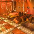 専用のオーブンは回転式!くるくる回りながら均一にお肉を焼き上げます!