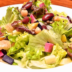 料理メニュー写真10品目の日替わり野菜と豆のサラダ
