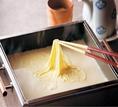 湯葉と豆腐をベースに旬の素材を組み合わせながら、和食の新境地を切り開く創作懐石料理を提供致しております。