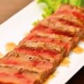 料理メニュー写真やわらか牛のタタキ風レアステーキ