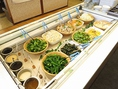 ≪サラダバー≫彩り鮮やかな野菜を取り揃えております♪美味しくヘルシーに!ご自由にお取りください。
