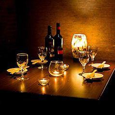 当店2階のコンパクトなテーブル席を、2名様用としてご利用いただけます。テーブル同士を繋げると、最大で14名様までご着席が可能。席のみ、コースの両方でご予約を承っております。少人数での宴会や女子会など、用途を選ばない席。暖かい照明と和の雰囲気が、優雅なディナータイムを演出します。遅い時間の飲み会にも◎