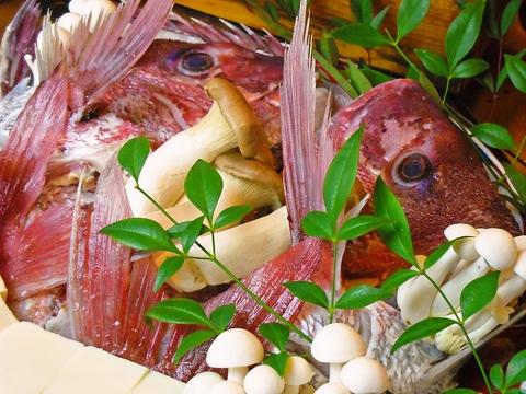 地産地消を心がけ、店長自ら仕入れた地元の鮮魚や旬の素材を使った料理を味わえる店。