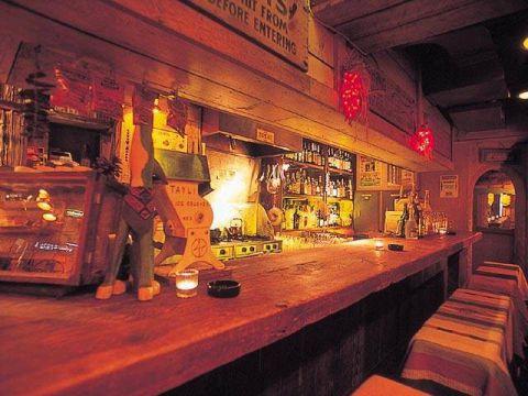 一枚板のカッコ良いウッドカウンターで飲むのも良し♪テーブル席でワイワイやるのも♪