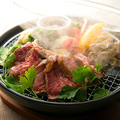 料理メニュー写真新鮮野菜と国産黒毛牛の燻製ステーキ